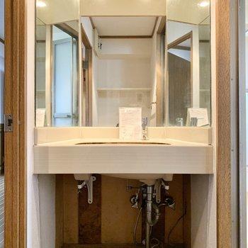 きらびやかな洗面台!大きな鏡がとっても見やすいです。