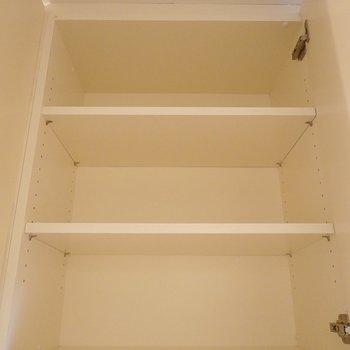 【上部】上は大きさの違う棚が3つ並んでいます。