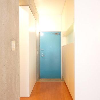 最後は玄関。これが本当の水色!って感じの色ですね。