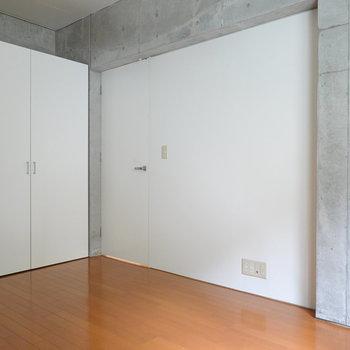 こっちもコンクリ。収納もこのお部屋に。