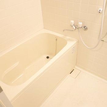 お風呂はシンプルですが、浴槽が大きめでゆったりできそうだ…