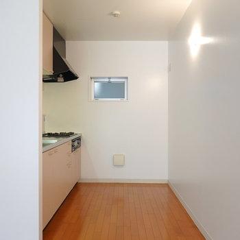 キッチンは仕切りがなく、オープンに。冷蔵庫は右奥に配置できます。
