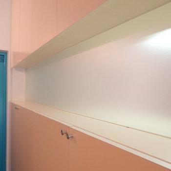 棚の間には少しスペースが。真ん中は鏡かと思いきや、半透明の板。キッチンが少しだけ見えます。