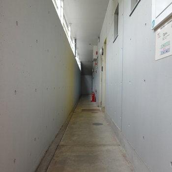 お部屋は1階。コンクリで落ち着いた共用部です。