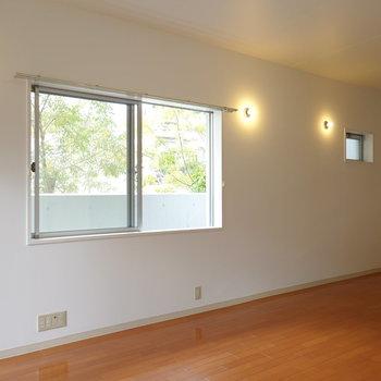 角部屋なので、二面採光!自然が感じられて、ナチュラルな雰囲気のお部屋になります。