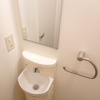 トイレ内には、可愛らしいサイズ感のお手洗いと鏡!洗面台までわざわざ行かなくて助かる。