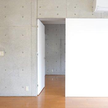 洋室へはこちらのドアから。