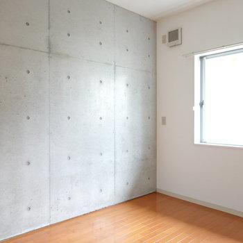 洋室は、リビングとは打って変わってクールで無機質な表情。
