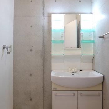コンクリで囲まれた脱衣所には、洗面台と洗濯機置き場がセットに。