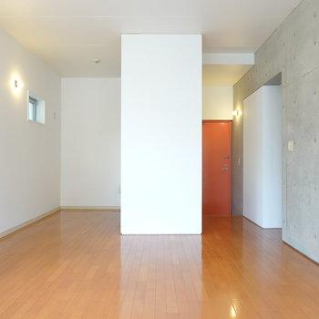 奥行きがあると爽快感がありますね。左がキッチン、右奥が玄関とその他の水回り。右手前は洋室。