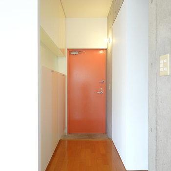 最後は玄関。本物のオレンジのようなオレンジ色!