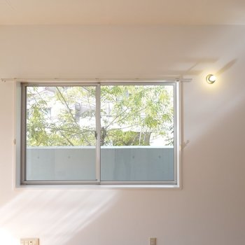 窓が外の緑を切り取って、お部屋の中に運んできてくれます。