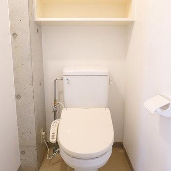 トイレはシンプルなウォシュレット付き。キャビネットのインテリア性の高さよ。
