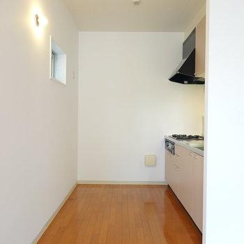 キッチンは横幅広め!左奥に冷蔵庫が置けます。