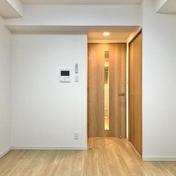 内装は白と茶色でシンプル※写真は3階の同間取り別部屋のものです
