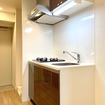 キッチン隣に冷蔵庫が置けますよ※写真は3階の同間取り別部屋のものです