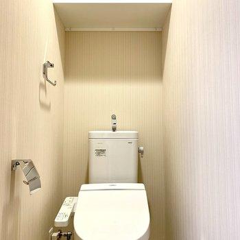 棚には予備のトイレットペーパーが置けますね※写真は3階の同間取り別部屋のものです