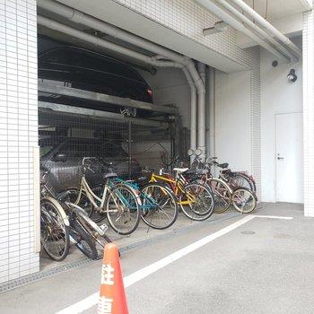 駐車場の奥には駐輪場も完備!