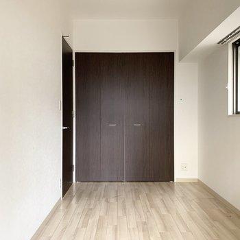 LDKを出て左のドアは6帖の洋室です。(※写真はクリーニング前)