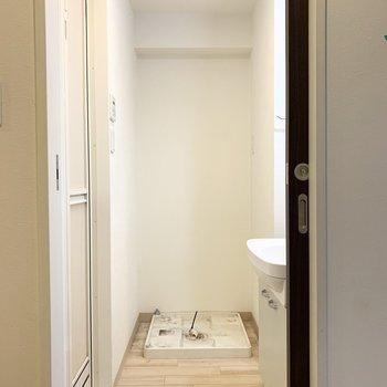 まず右手前のドアの中は水廻り。正面が洗濯機置場。水栓は下付タイプです。(※写真はクリーニング前)