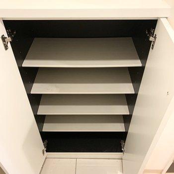 シューズボックスは少しコンパクトなので上の空間も活用しましょう。(※写真はクリーニング前)
