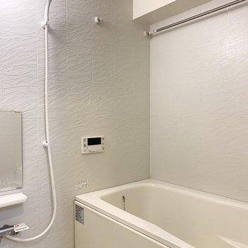 ドレッサーの向かいがお風呂です。追焚き、浴室乾燥機付き。(※写真はクリーニング前)