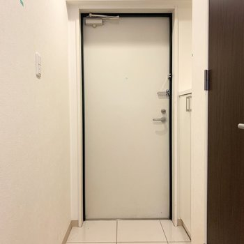 玄関は白い空間。(※写真はクリーニング前)