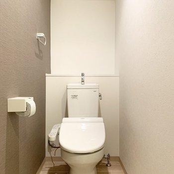 おトイレは玄関手前のドアから。ウォシュレット付き。(※写真はクリーニング前)