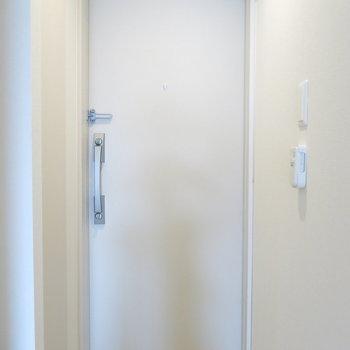 玄関もダブルロックでさらに安心!(※写真は2階の反転間取り別部屋のものです)