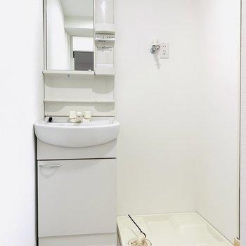 洗面所は少しコンパクト、そのお隣には洗濯機置場です