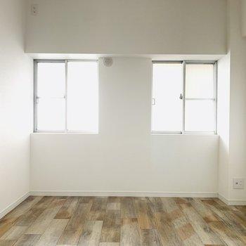 【洋室】2つの窓がお部屋を照らしてくれます