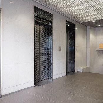 エレベーターは2基稼働しています