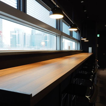 窓際にはカフェのようなカウンター席も