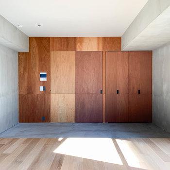 ベランダ側から見ると。こちらの壁には木材を使用しています。