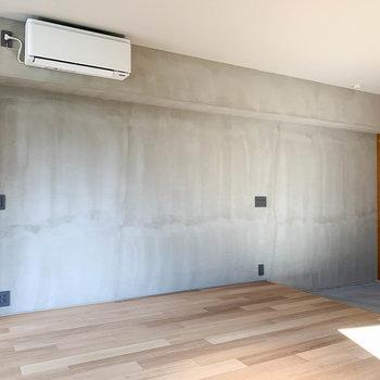 手塗り壁もまた、表情が素敵なのです。こちら側にテレビのアンテナ線があります。