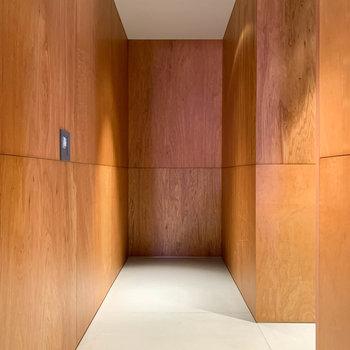 玄関を開けたら見える光景です。奥にスペースがあります。