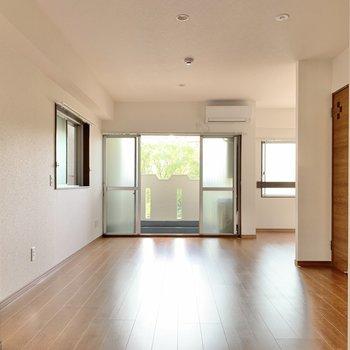 壁クロス側から。3面採光でお部屋が明るいですね!