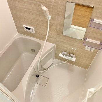 浴室はシンプルめ!追い焚き付きです。ほっと落ち着きそうな色合いですね。