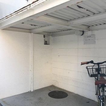 駐輪場は出入り口からすぐにあります。