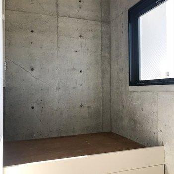 洋室3帖のお部屋には収納とコンパクトなベッドが鎮座してます。