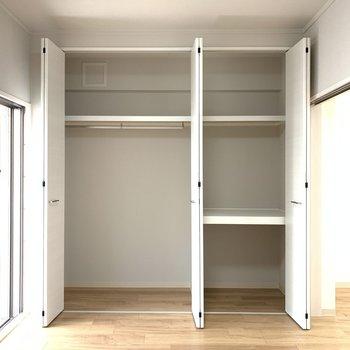 【洋室6.0帖】お洋服からアイロンまでリビングで使いたいものが収納できますね。
