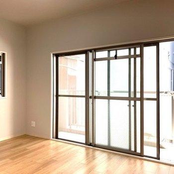 【洋室6.0帖】3枚窓で明るい室内です!