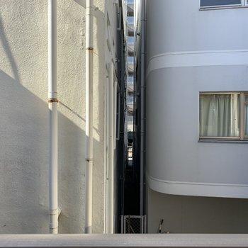 【洋室6.0帖】眺望は建物ですが、人目は気にしなくて良さそうです。