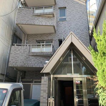 ワンフロアに1住戸の3階建てマンションは、ちょっぴり恥ずかしがりやで引っ込み思案。