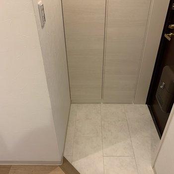 タイルが上品な玄関は段差がないので安全ですね。