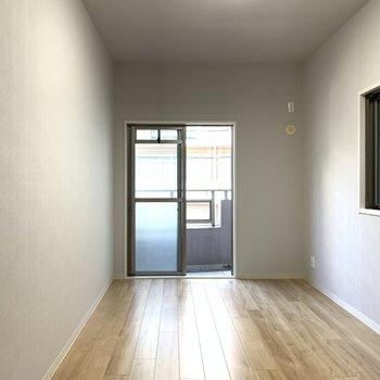 【洋室8.2帖】ライトグレーのクロスの洋室は寝室にして川の字で寝ましょう!