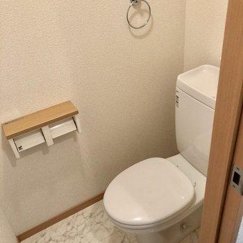 トイレは大理石風床でした。(※写真は2階の反転間取り別部屋のものです)(※写真は2階の反転間取り別部屋のものです)
