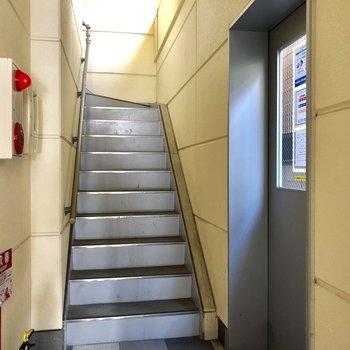 共用部分。オートロック扉あけてすぐ階段!登った先にすぐお部屋あります!