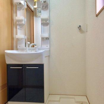 脱衣所は窓付きで明るいです。洗面台と洗濯機は並びに。(※写真は2階の反転間取り別部屋のものです)