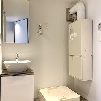 【下階】洗面台と洗濯機置場は隣り合っています